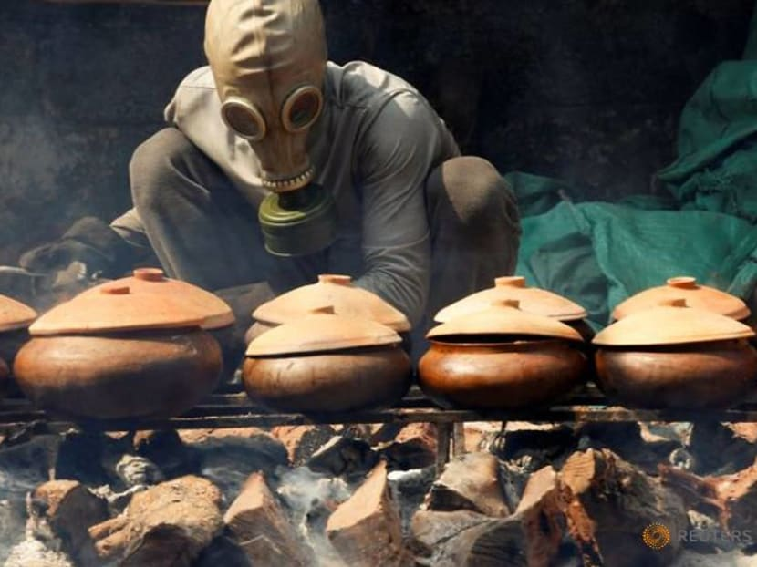 Gas mask on to braise black carp for the Vietnam Lunar New Year