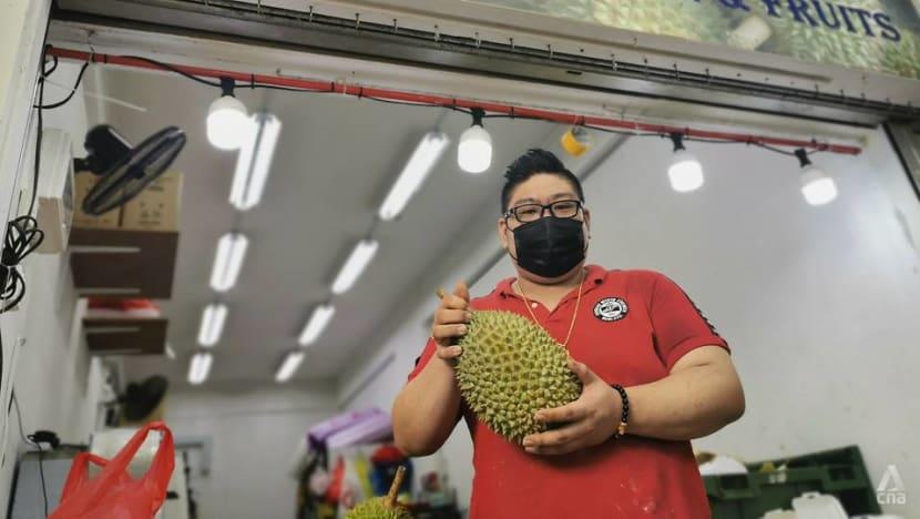 Penjual durian sumbang makanan percuma kepada warga Malaysia dan pemandu teksi di Singapura