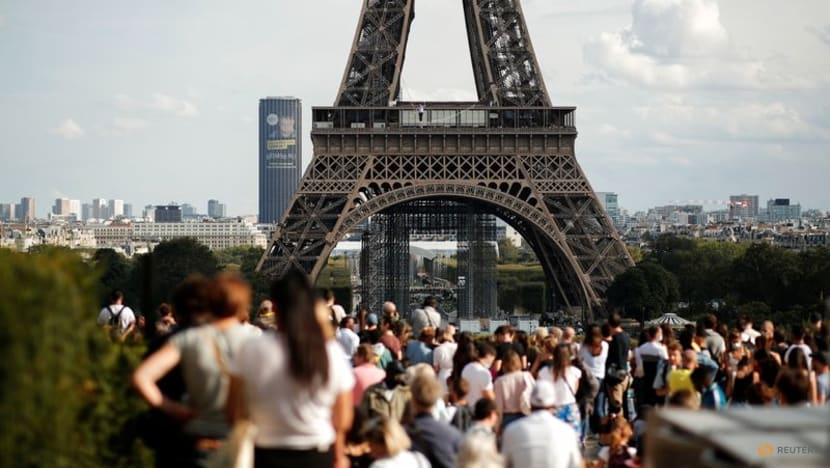 French slackliner wows crowd with Eiffel Tower performance