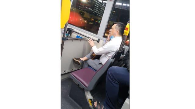 男子巴士上拉下口罩大声讲电话 网民:让他坐牢