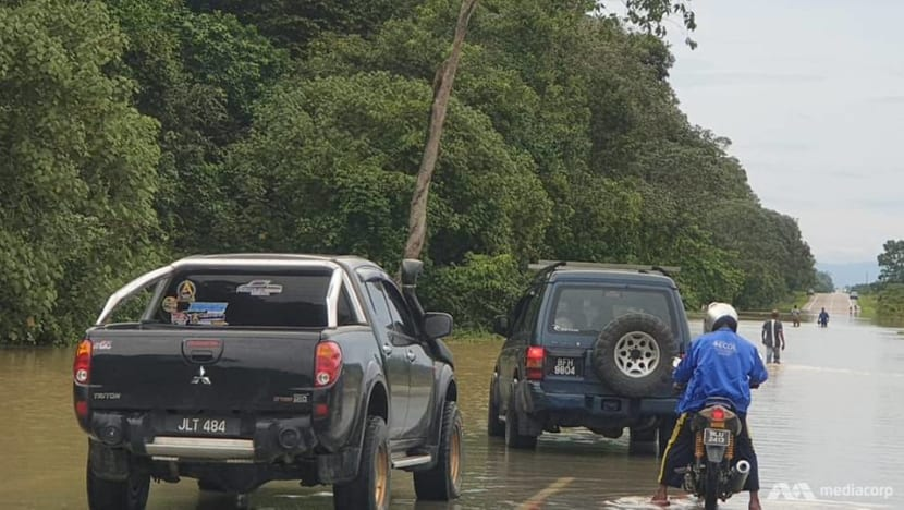 Roads to Mersing closed as floods in Johor restrict access