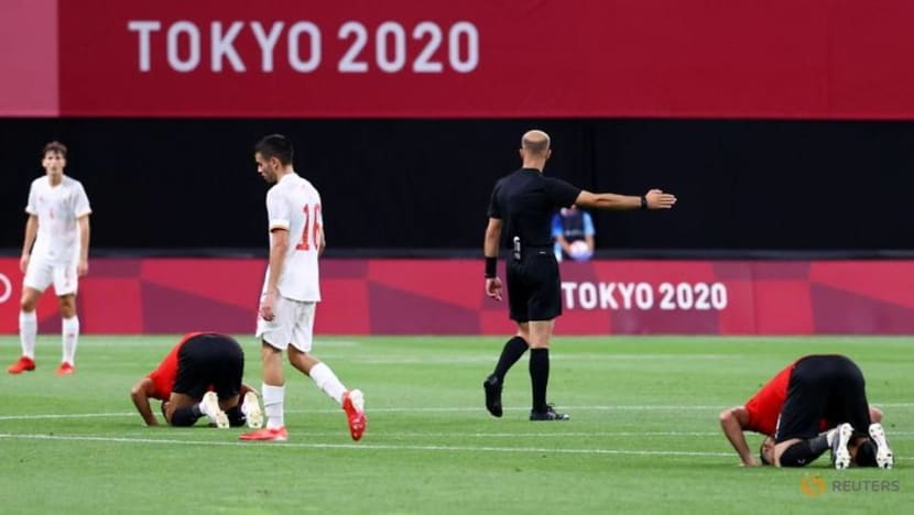 Olympics-Soccer-Spain frustrated in goalless draw, Mexico stun France