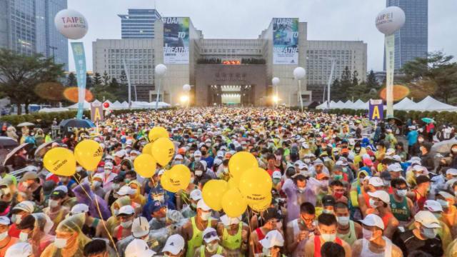 """台湾疫情趋缓 年底举行近3万人""""无罩""""马拉松"""