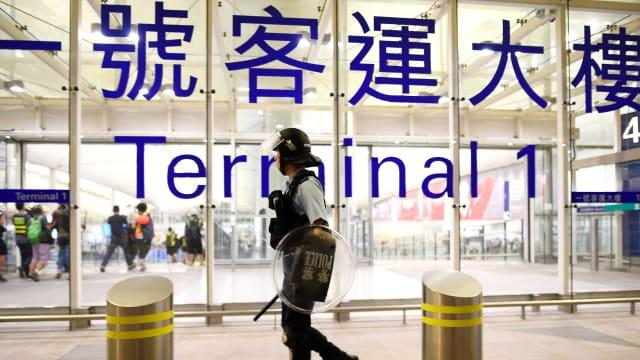 香港机管局取得法庭临时禁制令 阻止示威者占据机场