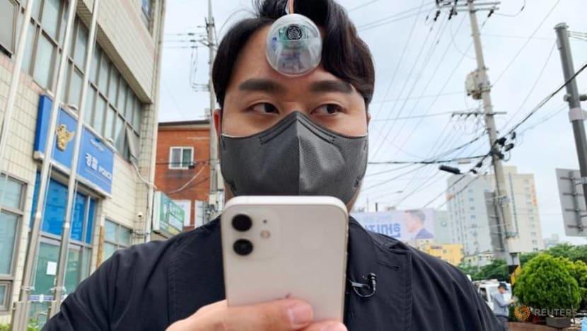"S Korean designer creates ""Third Eye"" for ""smartphone zombies"""
