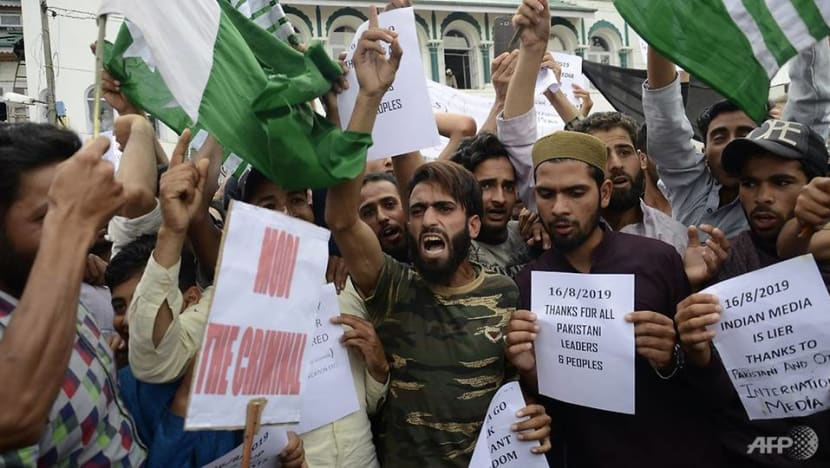 Hundreds of protestors clash with police in Indian Kashmir