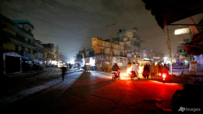 Massive power outage leaves Pakistan in the dark