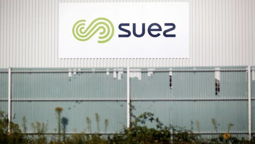 Suez shares slip as Veolia bid deadline looms