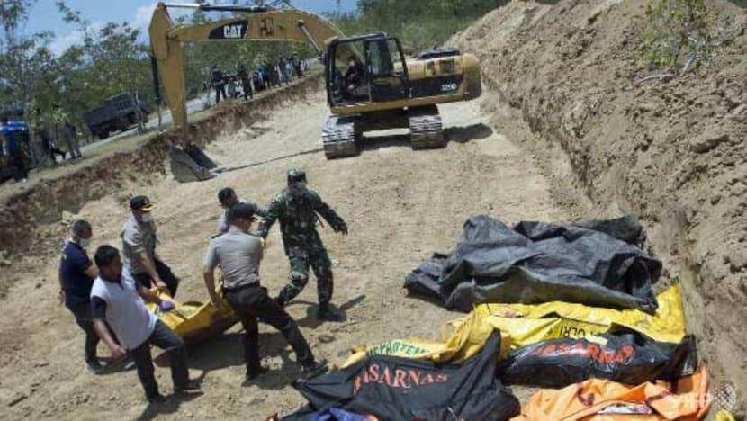 Quake-hit Indonesia buries dead in mass grave