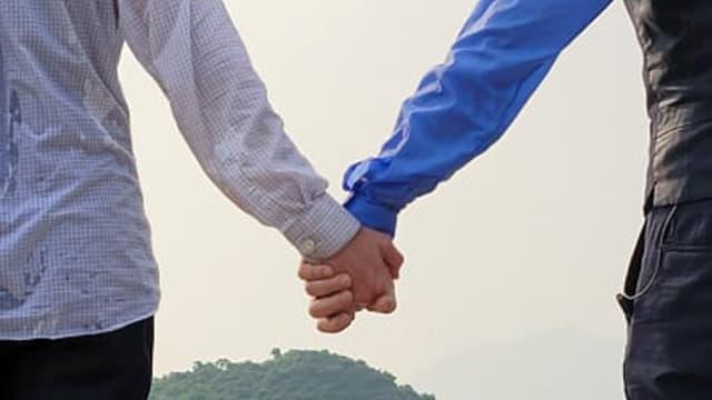 """手牵手加上深情对望 吴卓羲""""恋爱对象""""曝光"""