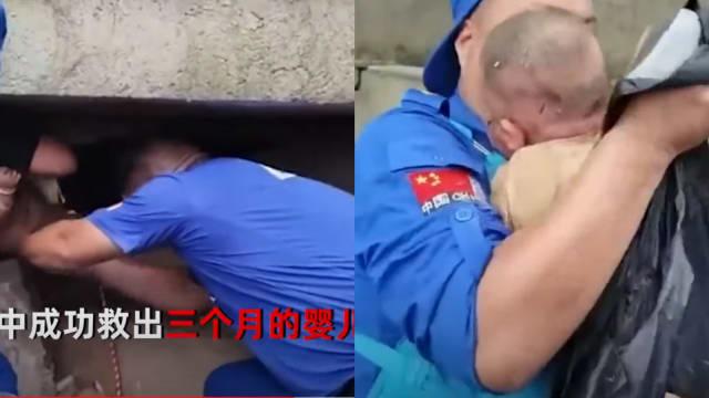 郑州暴雨房屋倒塌 婴儿获救母亲仍困废墟中