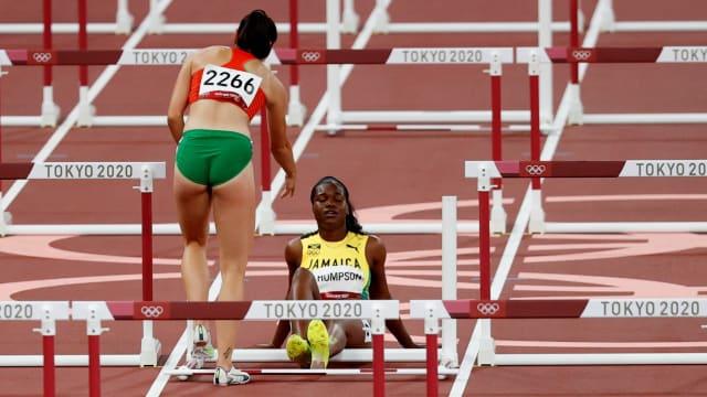 同被跨栏绊倒  匈牙利选手扶起牙买加选手给予安慰