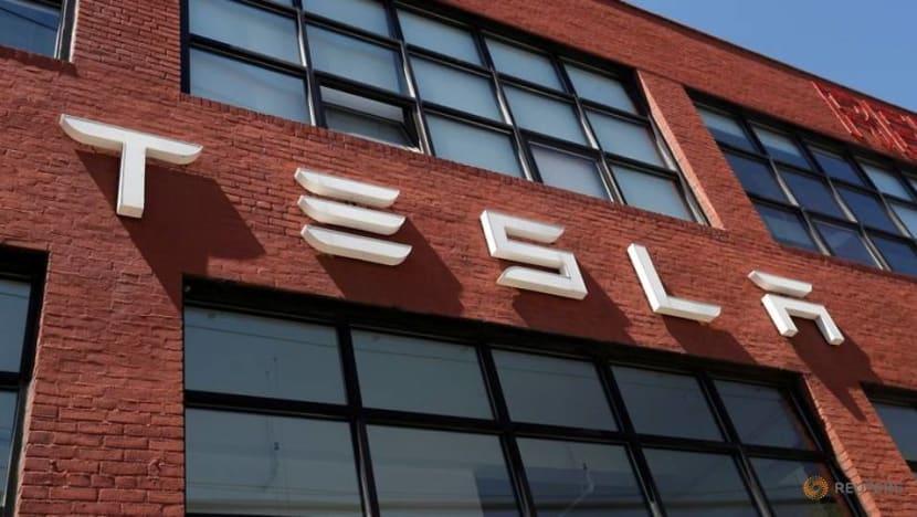 Tesla beats profit and revenue estimates, delays Semi launch