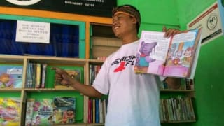 边卖豆腐边借书 印尼辍学男子以扫盲为使命