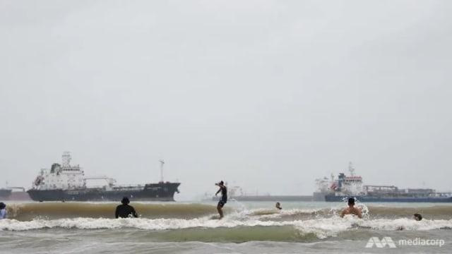 樟宜海域罕见浪潮 吸引多名冲浪者