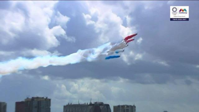 东奥闭幕式主办城市交接礼  军机环绕埃菲尔铁塔!