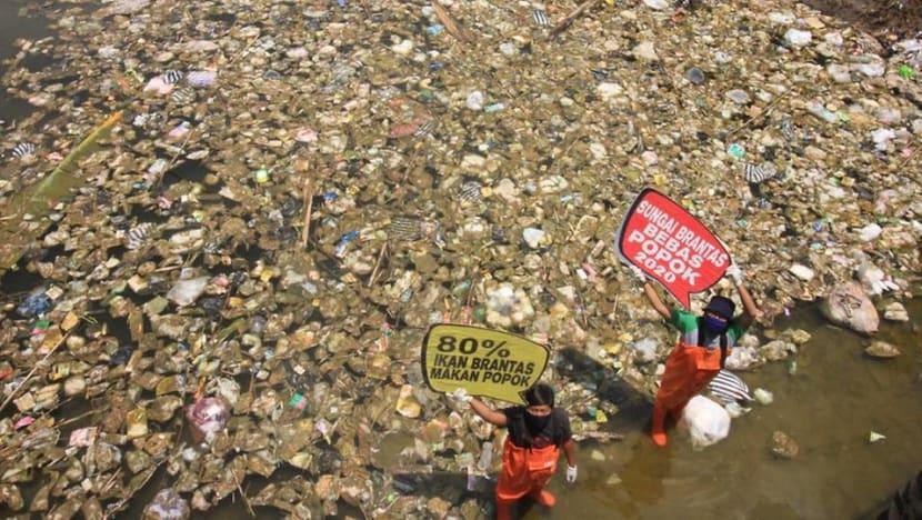 'Baunya luar biasa': Sukarelawan bertekad untuk membersihkan sungai Indonesia dari popok bekas