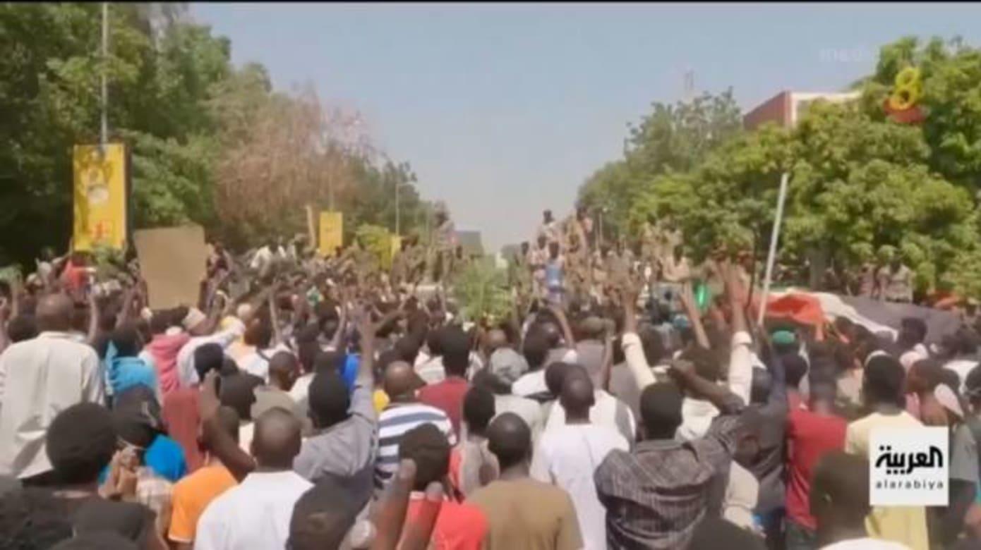 苏丹暴发军事政变 示威者要求军方释放总理