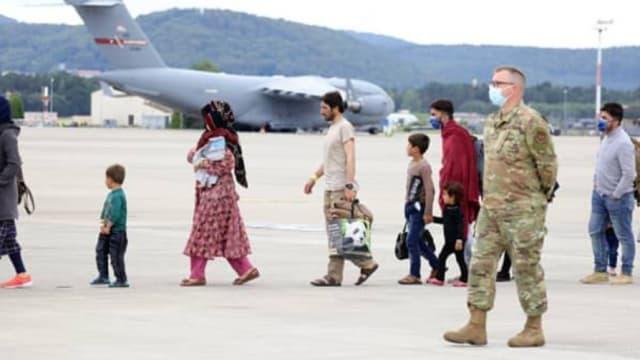 四名阿富汗人诊断出麻疹 美国暂停接送阿富汗难民航班