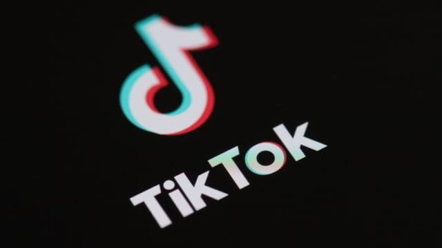 疑受TikTok影响 美国女学生掌掴猛揍教师