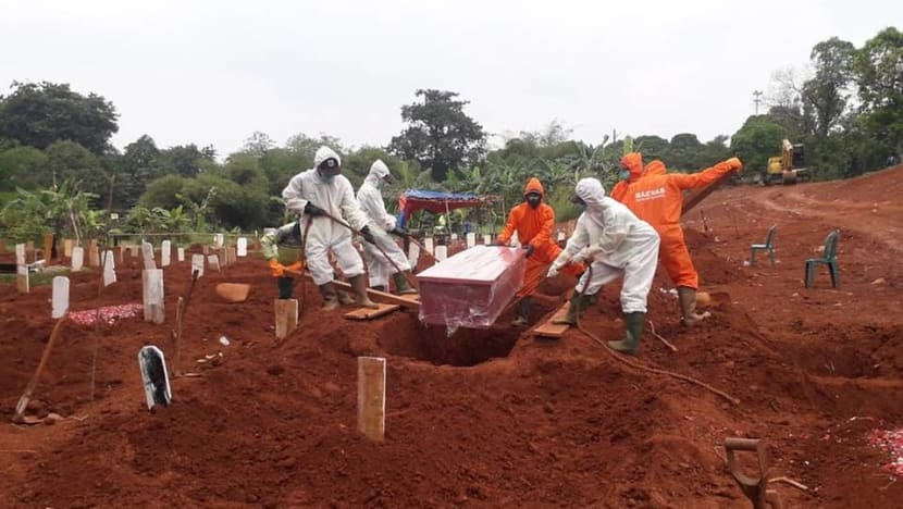 'I can barely take a break': Gravediggers in Jakarta race against time as deaths linked to COVID-19 rise