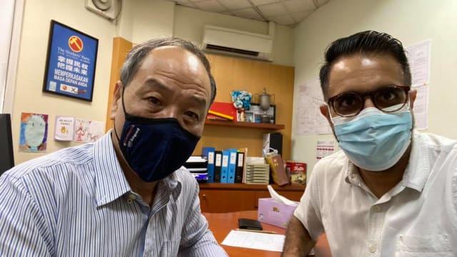 刘程强与毕丹星以潮州话和华语同年长者分享接种疫苗重要性