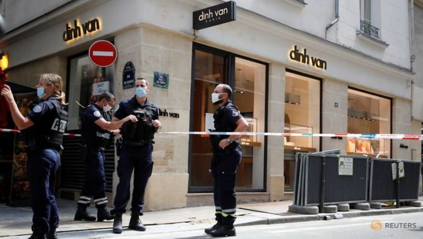 Thieves flee with 'substantial' haul after robbing Paris jewellery store