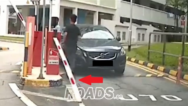 组屋停车场出口处发生故障 闸杆被男子抬起后脱落