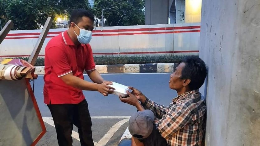 With his minimum wage, Indonesian office boy provides free food for the needy