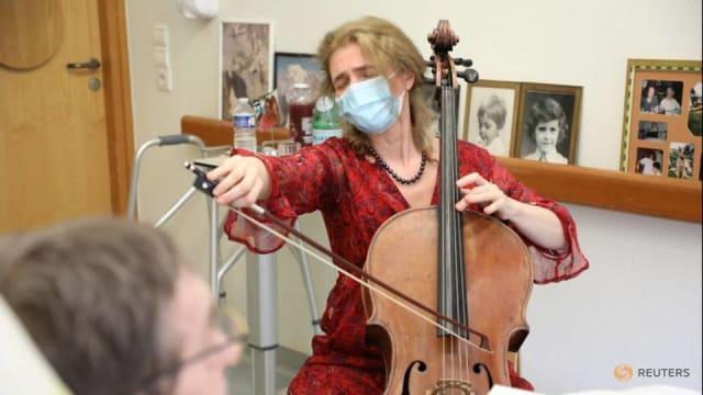 法国演奏家 用音乐陪伴临终病患走完人生路
