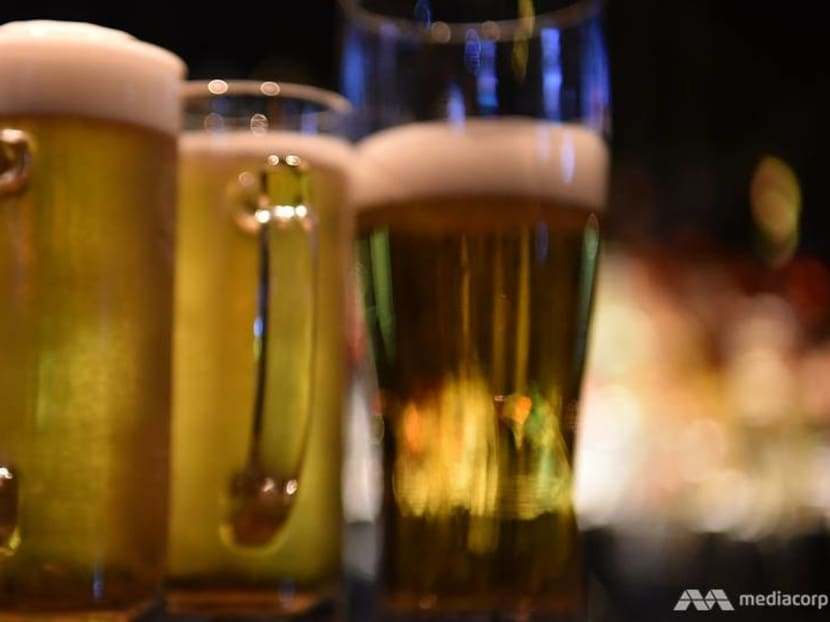 Heavy drinkers and teetotalers alike may have heightened dementia risk