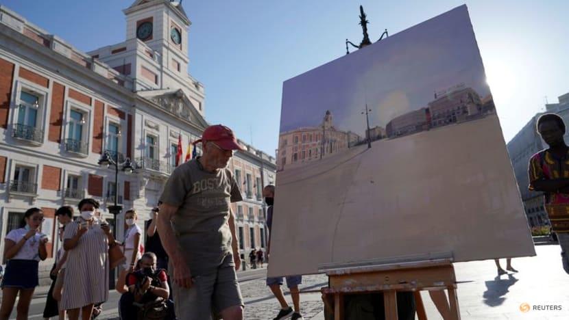 Art lovers flock to see master Antonio Lopez paint on Madrid square