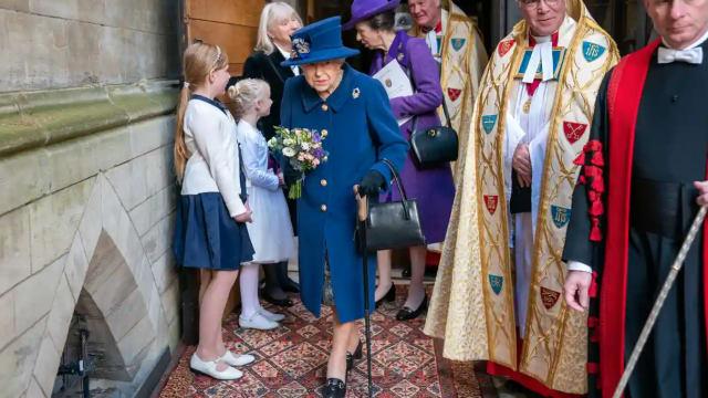 95岁英女王 首次拄拐杖亮相公开活动
