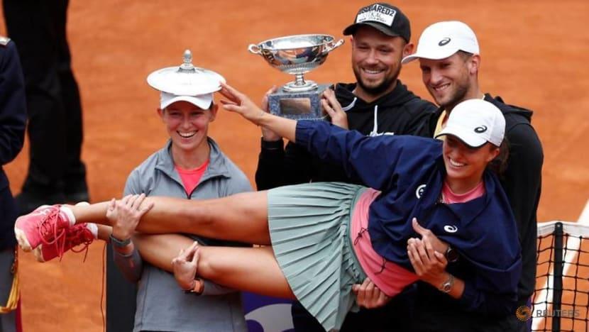 Tennis: Swiatek demolishes Pliskova to claim Rome crown