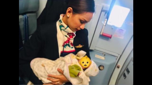 """婴儿肚饿机上哭闹 菲国空姐""""挺胸而出""""喂母乳"""
