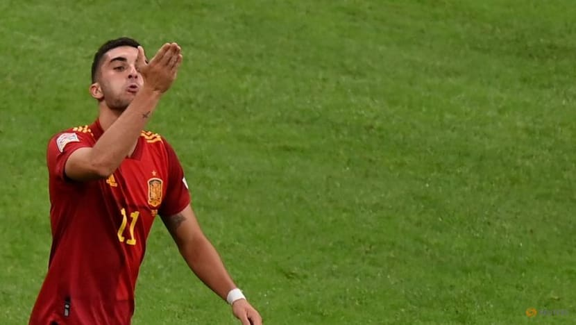 Man City's Torres suffers fractured foot on Spain duty