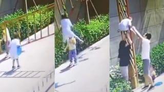 中国妈妈引导孩子钻闸杆 男童脖子被夹身体悬空