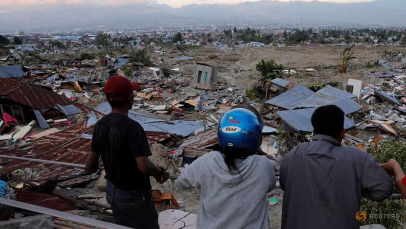 Desperate Indonesians flee quake zone, with scale of disaster unclear