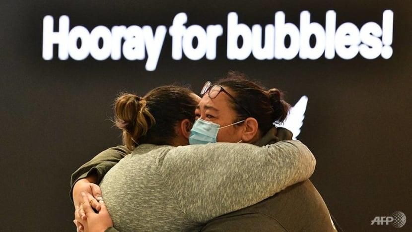 Families reunite as Australia-New Zealand travel bubble begins